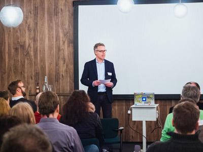 Stefan Wacker begrüßt zu den ersten Service Design Drinks in Nürnberg